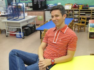 Alexandre Lopes na sala de aula. Foto de Carla Guarilha.