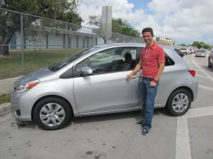 Lopes com seu novo Toyota. Foto de Carla Guarilha.